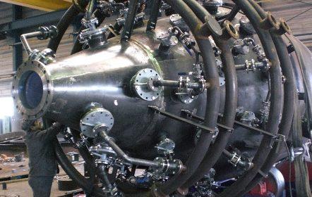 Endmontage der Ringleitungen am Druckbehälter zur Vorbereitung einer Druckprobe mit 32bar