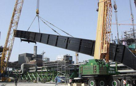 Montage des Schrägförderers für den Hochofen-Neubau Nr. 8 bei Thyssen Krupp Steel