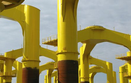 Für das Aufrichterschiff verladebereite Gründungsstrukturen (Tripiles)