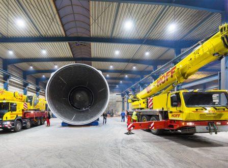 Mobile Kräne werden ausgerüstet, um die Verladung der 87 to bzw. 102 to schweren Anlagenteile zu ermöglichen