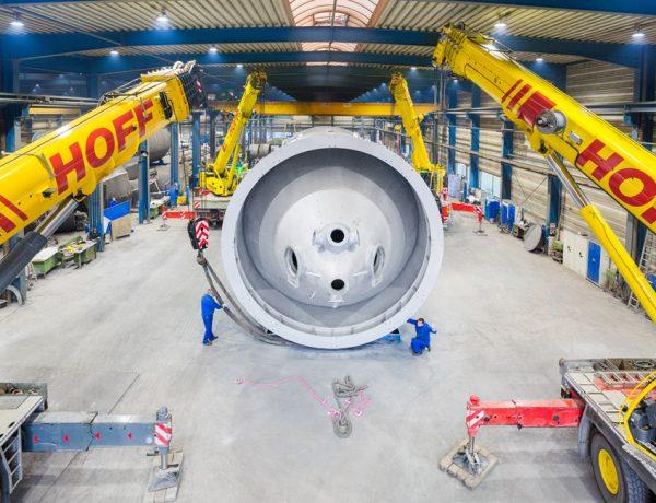 Vier Schwerlastkräne sind erforderlich, um ein fast 100 to schweres Bauteil zu verladen