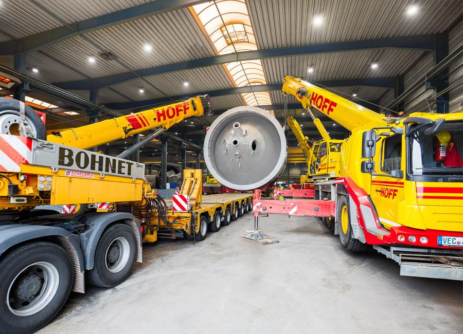 Ein spannender Moment bei der Verladung: der Schwerlasttransporter wird unter das 7,50 m hohe und 17 m lange Anlagenbauteil manövriert