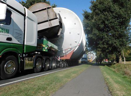 Zwei Schwertransporter und diverse Begleitfahrzeuge bahnen sich ihren Weg von Dinklage nach Meppen