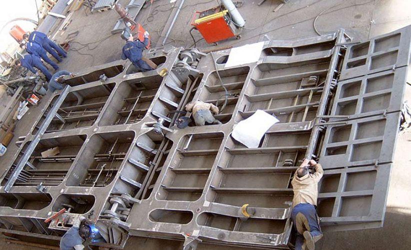 Montage der Heckrampe für ein Fährschiff mit Tür und Hydraulikverrohrung