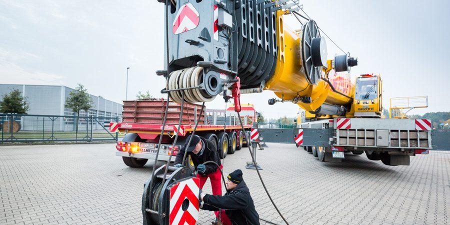Ein Schwerlastkran wird für die Verladung von Anlagenteilen aufgerüstet