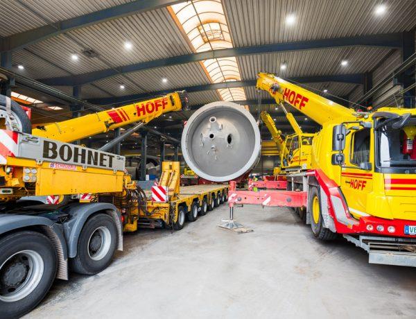 Ein Schwerlasttransporter wird unter das 7,50 m hohe und 17 m lange Anlagenbauteil manövriert
