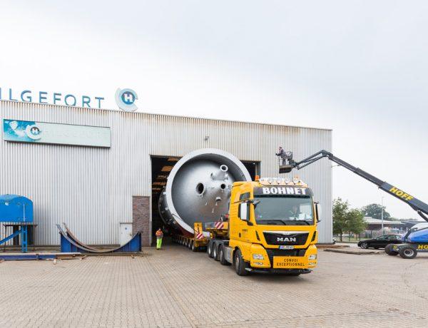 Genau berechnet: Das 7,50 m hohe Anlagenbauteil plus Fahrgestell passen zentimetergenau durch das Hallentor