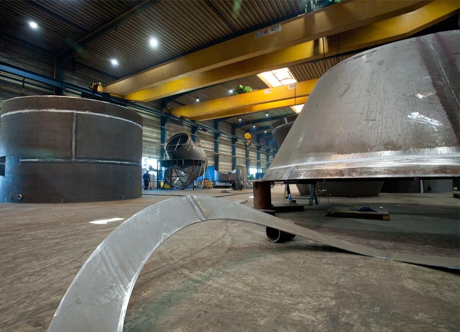 Blick in eine Fertigungshalle der Hilgefort GmbH mit Bauteilen für einen Wirbler