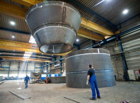 Zusammensetzen von Stahlbauteilen bei der Hilgefort GmbH in Dinklage