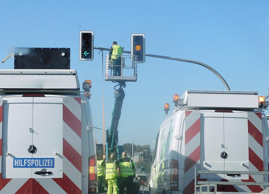Schilder werden umgelegt und Ampeln werden abgebaut, um den Weg freizumachen für diesen beeindruckenden Transport